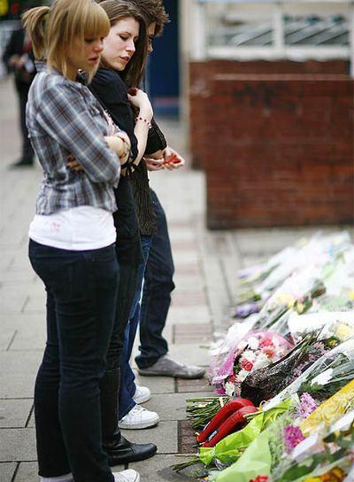 Amigos de Robert Knox acuden al lugar de su muerte a dejar flores en su memoria