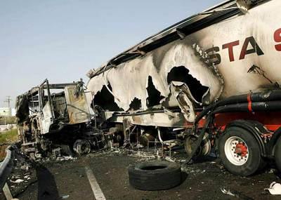 Estado en el que ha quedado el camión que ha colisionado con un vehículo que conducía un taxista en sentido contrario en la N-340 en Castellón.