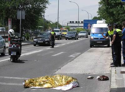El cadáver de la mujer, de 51 años, yace en la calzada.