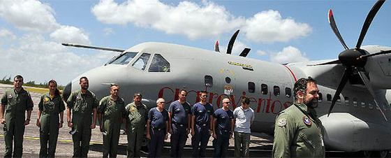 El comandante Francisco Matas y la tripulación del T21  forman al llegar a la ciudad de Camagüey, en el oriente de Cuba.