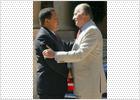 Un apretón de manos y una camiseta sellan la reconciliación entre el Rey y Chávez