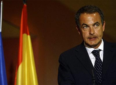 El presidente del Gobierno, José Luis Rodríguez Zapatero, durante su camperecencia de prensa en el aeropuerto de Barajas