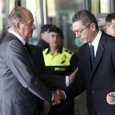 El Rey Juan Carlos saluda al alcalde de Madrid, Alberto Ruiz- Gallardón en IFEMA