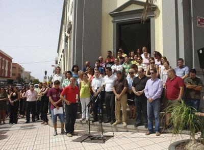 Cargos públicos y funcionarios del Cabildo de Fuerteventura guardan cinco minutos de silencio a las puertas de la sede de la institución, en señal de duelo por las 153 personas que fallecieron ayer en el accidente de un avión en el aeropuerto de Barajas.