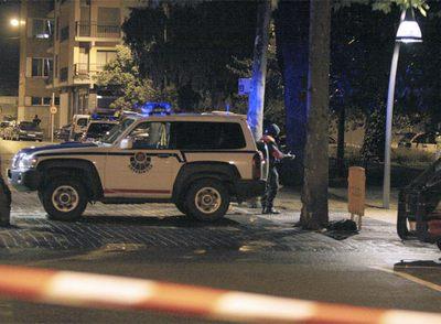 Un agente de la Ertzaintza, en los alrededores de los juzgados de Tolosa unos minutos después de la explosión