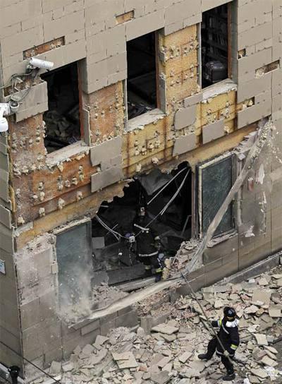 Aspecto de la fachada de los juzgados, donde la bomba ha abierto un boquete de tres metros