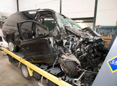 Este es el estado en el que quedó el Chrysler Voyager en que viajaban Ana Torroja y Esther Arroyo, después de sufrir un accidente en Vejer de la Frontera, Cádiz, el 10 de octubre de 2008