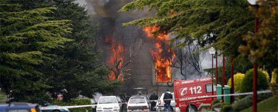 Fuego en el interior del Edificio Central de la Universidad de Navarra tras el estallido del coche bomba