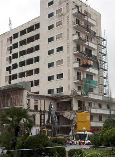 Aspecto del edificio con el anexo derruído que ha atrapado a cuatro obreros esta mañana