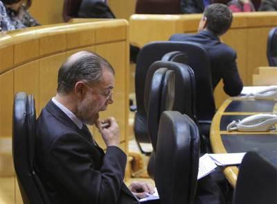 Bermejo, con Zapatero al fondo, en el pleno del Senado del pasado martes