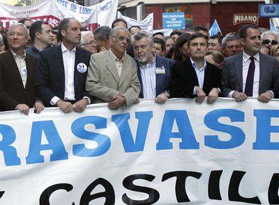 El presidente del Sindicato Central de Regantes del Acueducto Tajo Segura (SCRATS), Francisco del Amor (3-i); los presidentes de Murcia y de Valencia, Ramón Luis Valcárcel (i), y Francisco Camps (2-i), respectivamente, y los secretarios generales de los soliclistas murcianos y valencianos, Pedro Saura (2-d) y Jorge Alerte (d), al inicio de la manifestación.