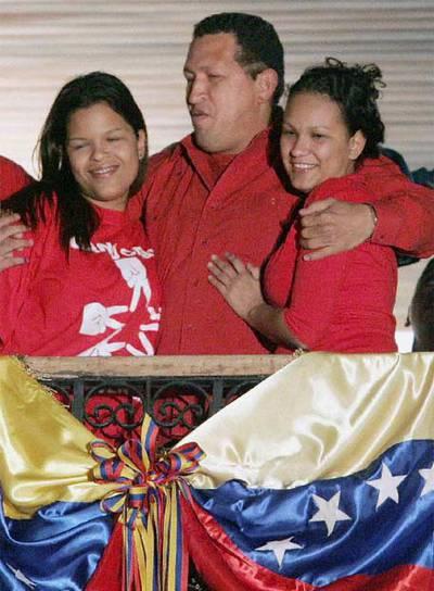 Chávez, con sus hijas María Gabriela (izquierda) y Rosa Virginia.