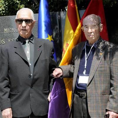 Dos miembros de las brigadas internacionales durante el homenaje a los exiliados españoles tras la Guerra Civil que lucharon contra la Alemania nazi y a los brigadistas internacionales que se ha celebrado hoy en Madrid.