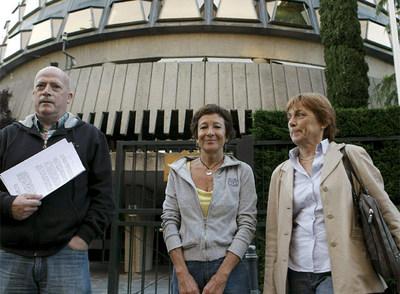 Los candidatos  de II-SP Luis Ocampo, Ángeles Maestro y Doris Benegas, junto al Tribunal Constitucional.