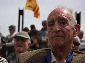 Un tren conmemorativo del exilio ha viajado desde Barcelona a la frontera francesa con 300 personas. A los 12 años, Josep Prats ya sabía que quería ser electricista. A los 18, huía de su país, hundido, y derrotado tras luchar con el ejército republicano. Cerca de cumplir los 89, ha sido el más viejo en el acto en recuerdo al exilio del cerro de Belitres.