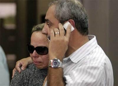 Una pareja espera en el aeropuerto Tom Jobin de Río de Janeiro para recibir información sobre el Airbus desaparecido.