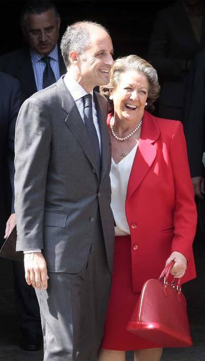 La alcaldesa de Valencia, Rita Barberá, a la salida del Tribunal Superior de Justicia de la Comunidad Valenciana, donde había prestado declaración el presidente de la Generalitat, Francisco Camps, el pasado 20 de abril. Ese día, Barberá portaba un bolso de la marca Louis Vuitton.
