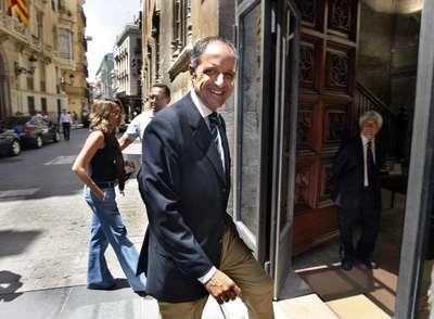 Francisco Camps, en el momento de entrar hoy al Palau de la Generalitat tras conocer el auto que archiva el proceso contra la rama valenciana del 'caso Gürtel'.