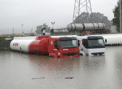 El temporal de agua y viento causa da os en andaluc a - Como secar las paredes despues de la inundacion ...