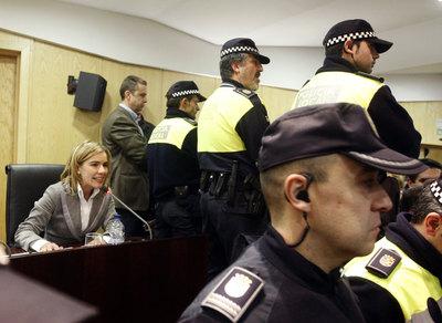 Agentes de la Policía Municipal forman una barrera de protección alrededor de la ex alcaldesa popular de Pinto, Miriam Rabaneda.