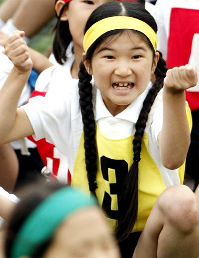 La princesa Aiko celebra la victoria de su equipo en una carrera durante el encuentro anual en su escuela en octubre de 2009.