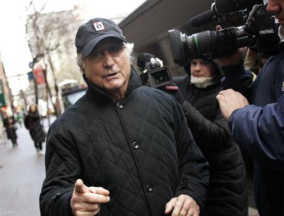 El financiero Bernard Madoff camina por Nueva York mientras se llevaba a cabo la investigación de su fraude en diciembre de 2008.