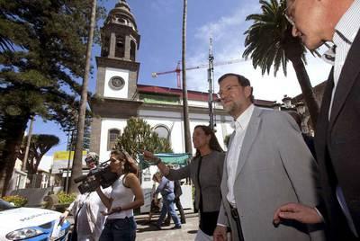 Mariano Rajoy pasea, ayer, por La Laguna (Tenerife) en un acto del Partido Popular.