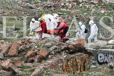 Agentes de la Guardia Civil trasladan el cadáver de la niña desde la antigua fábrica de yeso donde fue encontrada