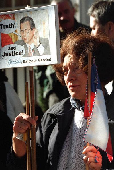 Manifestación contra Pinochet en 1998, ante la clínica londinense donde estaba ingresado, tras conocerse la solicitud de extradición a Garzón.