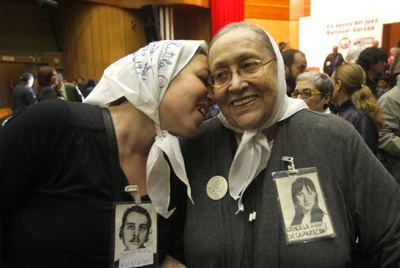 Carla Artés besa a su abuela en el acto de apoyo a Garzón.