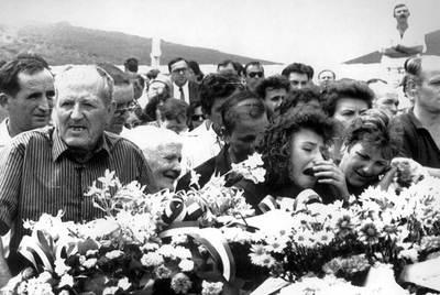 María del Carmen Cabanillas, hermana de una de las niñas asesinadas, llora durante en el entierro de las víctimas de la matanza de Puerto Hurraco ( Badajoz) .