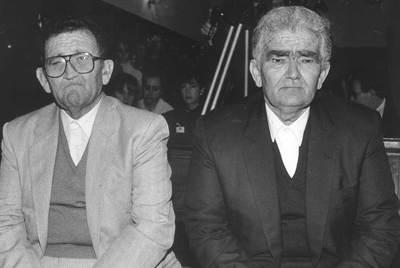 Emilio Izquierdo ( i) y su hermano Antonio, durante el juicio por el crimen de Puerto Hurraco en la Audiencia de Badajoz, acusados de nueve asesinatos consumados y seis frustrados.