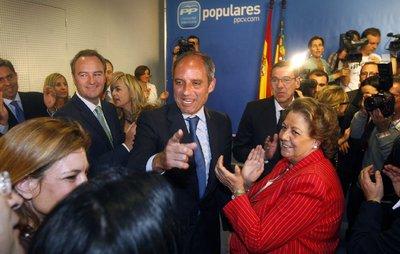 Camps llega entre aplausos a la sede del PP valenciano.