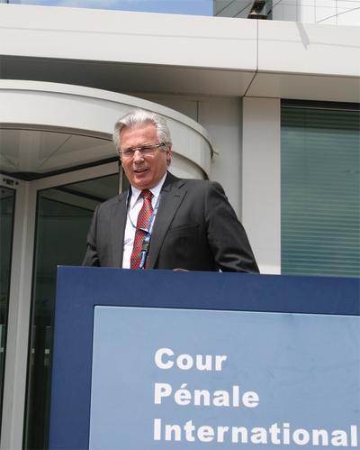 El juez de la Audiencia Nacional inicia sus siete meses en la CPI