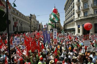 Aspecto de la manifestación central de los sindicatos celebrada ayer en Sevilla.