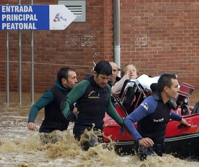 Una paciente, evacuada del hospital de la localidad asturiana de Arriondas.