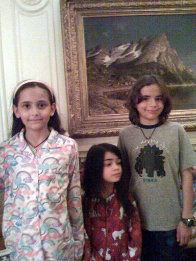 Los hijos de Michael Jackson: Paris, Blanket y Prince, en una foto tomada en Navidades de 2008