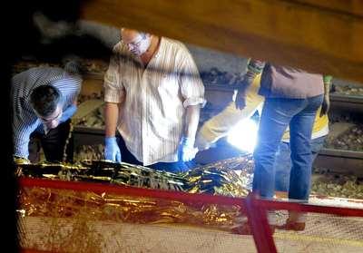 Policía y forenses en el lugar del accidente en la estación de Castelldefels.
