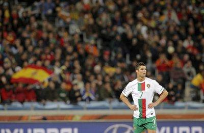 El jugador portugués, fotografiado durante el partido de octavos de final de los Mundiales de Sudáfrica 2010 de fútbol, España 1- Portugal 0, disputado en el estadio Green Point de Ciudad del Cabo.