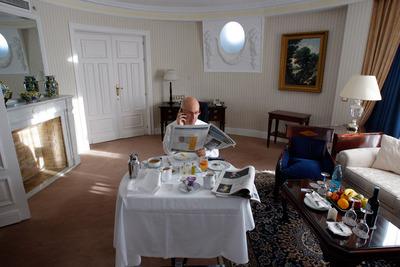 FOTOGALERIA: Josep Antoni Duran Lleida desayuna antes del debate mientras lee la prensa del día