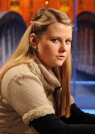Imagen de Natascha Kampusch, que estuvo secuestrada durante ocho años y medio, durante la grabación de un programa de televisión el pasado sábado. La entrevista se emite hoy en la cadena alemana ARD y en ella la joven austriaca habla sobre su autobiografía, titulada '3.096 días', que saldrá a la venta el 8 de septiembre.