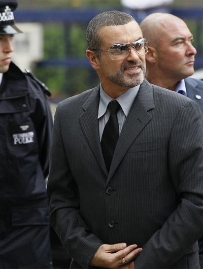 El cantante George Michael llega al juzgado donde se ha leído su condena.