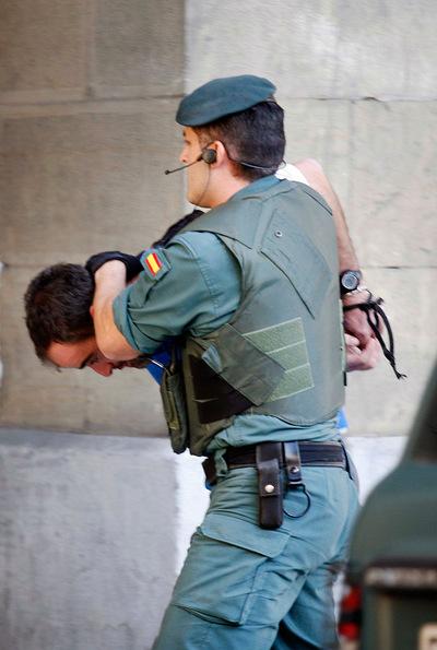 Un detenido, durante un registro en un piso de la plaza del Buen Pastor de San Sebastián.