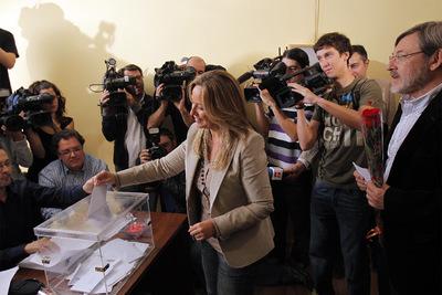Trinidad Jiménez deposita su voto en la agrupación socialista de Moncloa, acompañada por el candidato a la alcaldía, Jaime Lissavetzky.