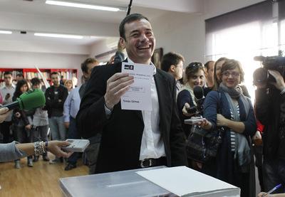 Tomás Gómez muestra la papeleta antes de depositarla en la urna en la agrupación socialista de Parla.