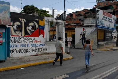 Pintada a favor de ETA, en un barrio de Caracas, en la que se pide libertad para el pueblo vasco y se muestra rechazo a la extradición de etarras.