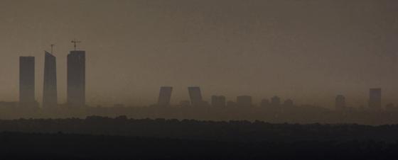 Un manto de contaminación cubre el cielo de Madrid, en enero de 2008.