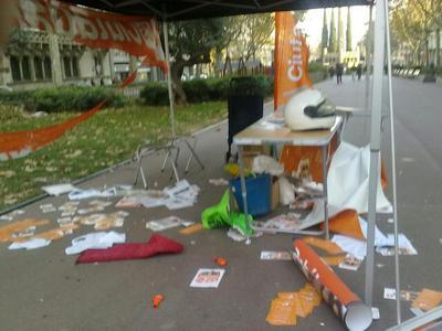 Así quedó la carpa de Ciutadans tras el ataque de un grupo de radicales.