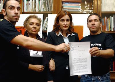 David (izquierda) y Javier Couso, hermanos de José, acompañados de su madre Maribel Permuy y su abogada Pilar Hermoso, muestran la orden dictada por el juez Santiago Pedraz de búsqueda y captura de los tres militares supuestamente implicados en la muerte de Couso, en octubre de 2005.