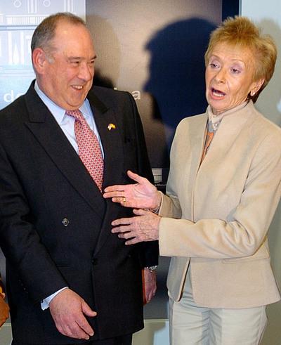La vicepresidenta primera del Gobierno, María Teresa Fernández de la Vega, con el embajador de EE UU en España, Eduardo Aguirre, antes de la reunión del pasado 13 de enero de 2006 con la Comisión de Seguridad Interior de la Cámara de Representantes de EE UU.